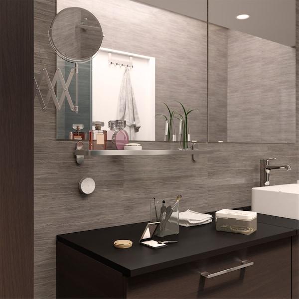 浴室里的镜子下面安装有玻璃搁板,可用来摆放香水,不仅便于你拿取,还能起到装饰作用。
