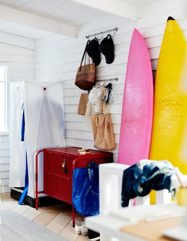 在白色隔板房的一角,有一个VUKU 乌库 衣柜,NIKKEBY 尼克比 抽屉柜和靠墙放置的冲浪板。