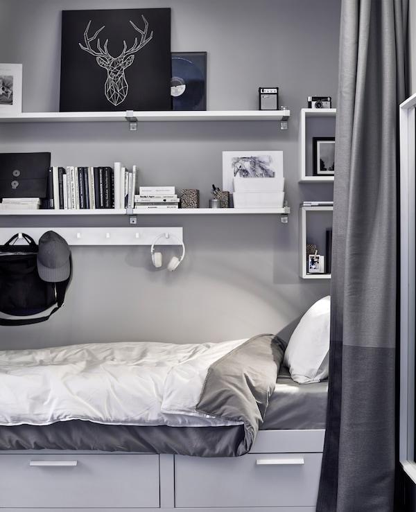 在床的上方安装搁板和挂钩,用来存放书、艺术品、储物盒等物品。