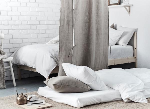 在地板上摆上床垫,打造另一块睡眠空间,可以用房间隔板将它与房间的其他部分隔开,这样就有了一块专属的私人空间。