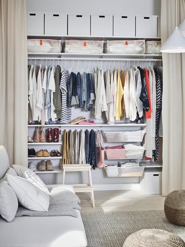 在房间中,一面墙上安装了落地式窗帘,拉开窗帘,露出全墙宽的BOAXEL 博阿克塞 衣柜。