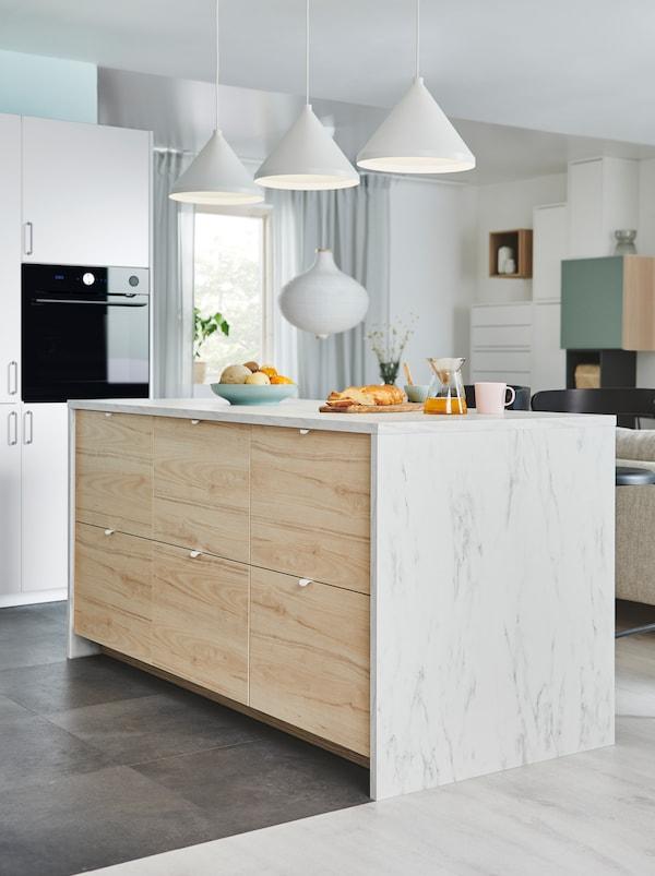 在开敞式格局的厨房里,一个厨房多用桌,一侧为大号的ASKERSUND 阿斯克松 抽屉前板。
