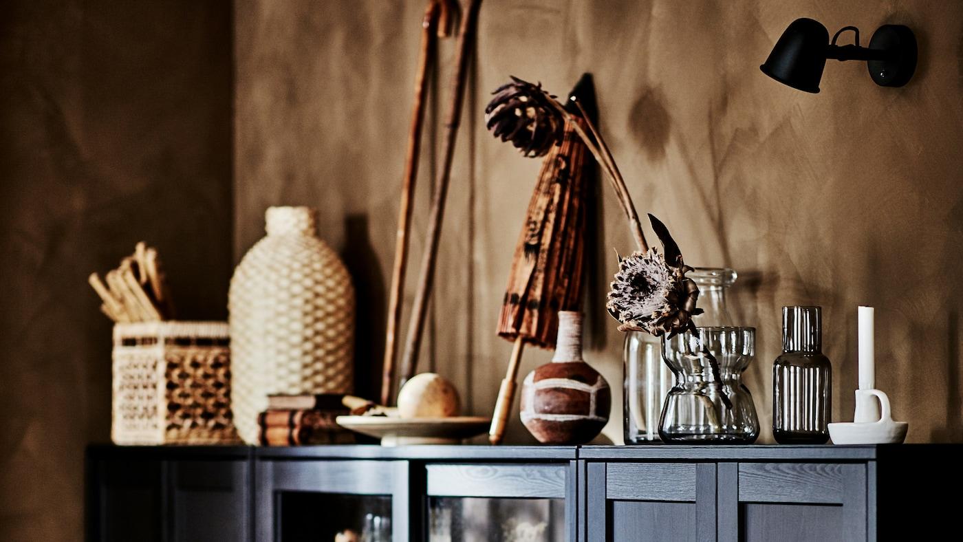 在客厅一角,宽敞的HAVSTA 海思塔 柜子摆满了各种天然材料制成的艺术品。