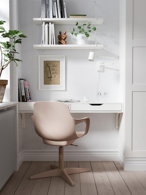 在墙壁与衣柜中间的角落里,一个EKBY ALEX 埃克比 阿来斯 墙搁板、一张ODGER 奥德格 椅子、一盏台灯和搁板组成的工作空间。