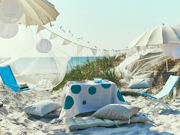 在沙滩上撑好伞,摆好靠垫和折叠椅,就可以举办一场放松身心的派对了。