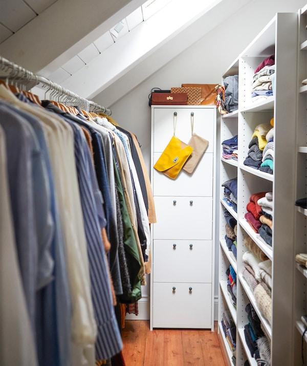 在狭窄的区域巧用抽屉、搁板和挂杆存放衣物。