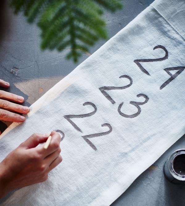 在一块布料上绘上数字。