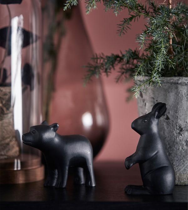 展示柜的顶层放着一些动物小饰件。