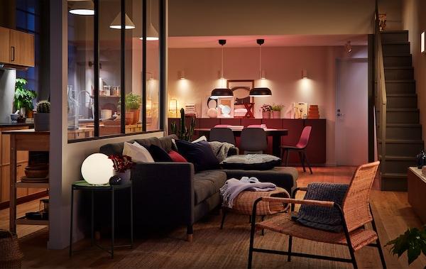 这个大房间里,厨房、用餐区和客厅几乎没有分隔。用多个光源照亮的房间。