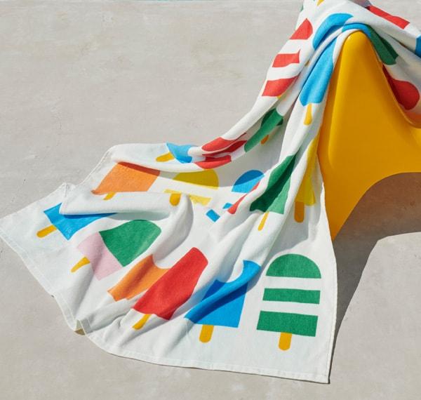 这款沙滩巾采用100%更可持续的棉花制成。