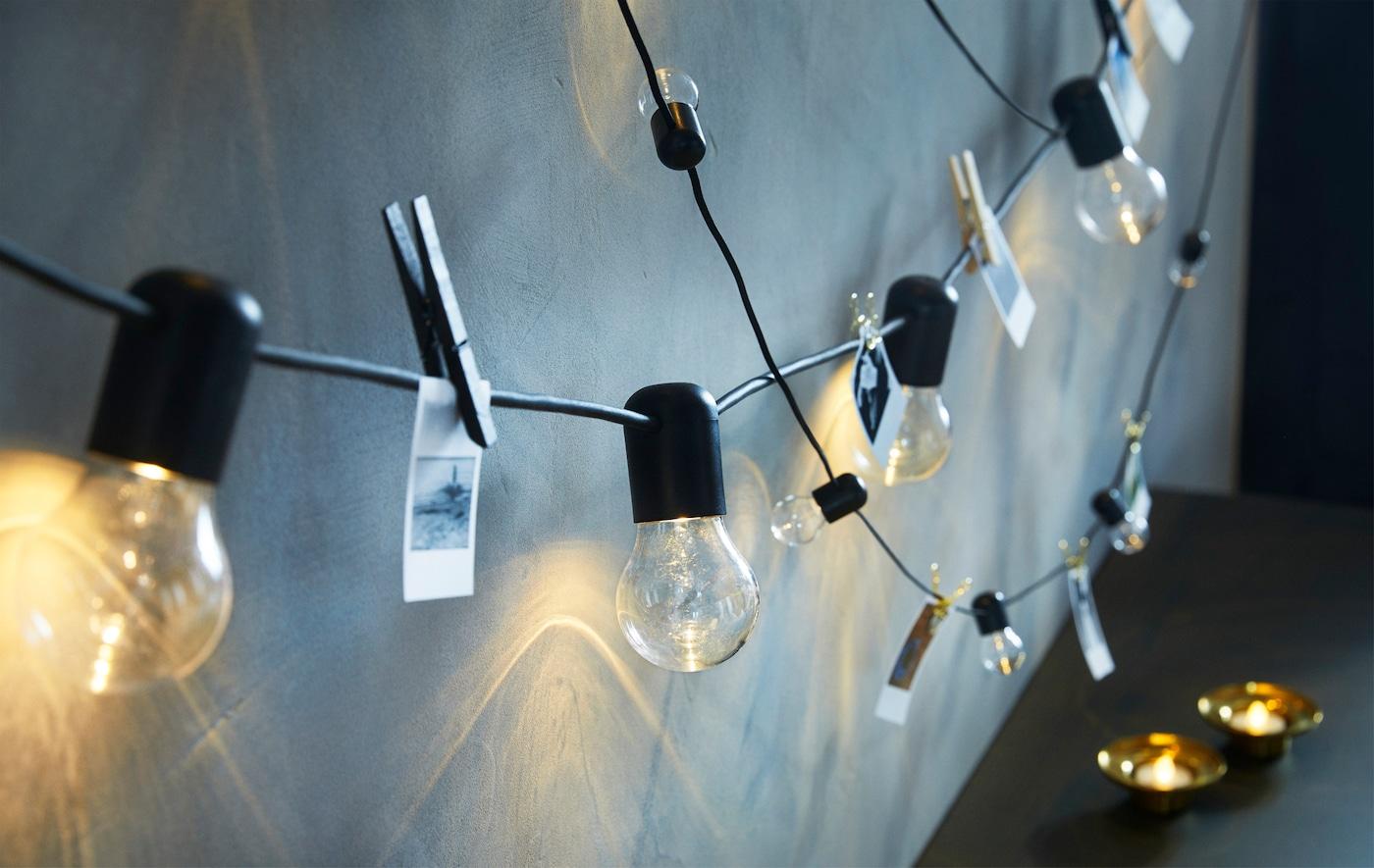 只要一条 SVARTRÅ 斯瓦图 黑色LED灯串和一条宜家 BLÖTSNÖ 布洛斯诺 黑色LED灯串,即可为整堵墙壁增添个性色彩。