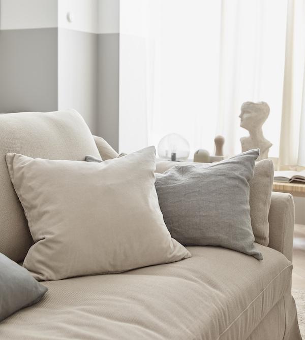 中性色休闲毯和枕头让客厅显得更加柔和。