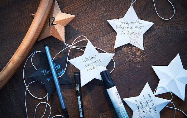 桌面上放着笔和写着字的纸星星。